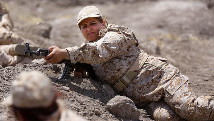 Archiefbeeld van een vrouw uit de elite unit van het Koerdische peshmerga-leger tijdens een training. De dames vechten voor hun families.