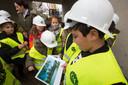 Schoolkinderen bezoeken de werken aan de Torelaan in Genk