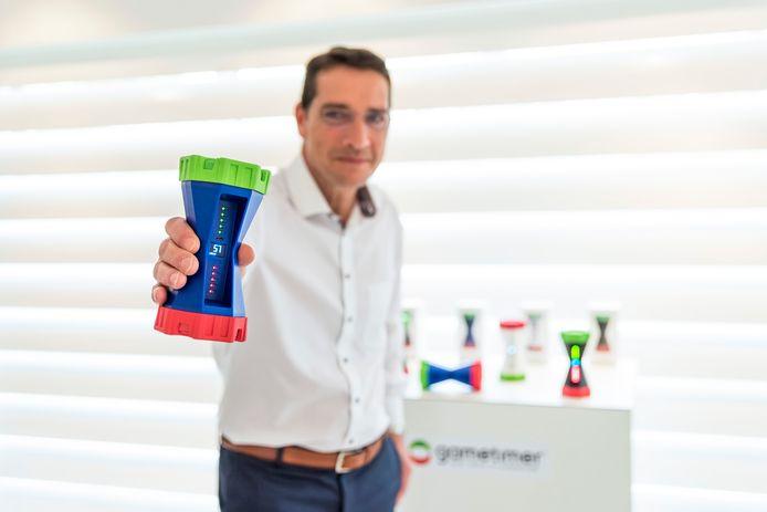 Renato Overhoff met zijn uitvinding: de Gametimer. Ondertussen gaat het ding de hele wereld over.