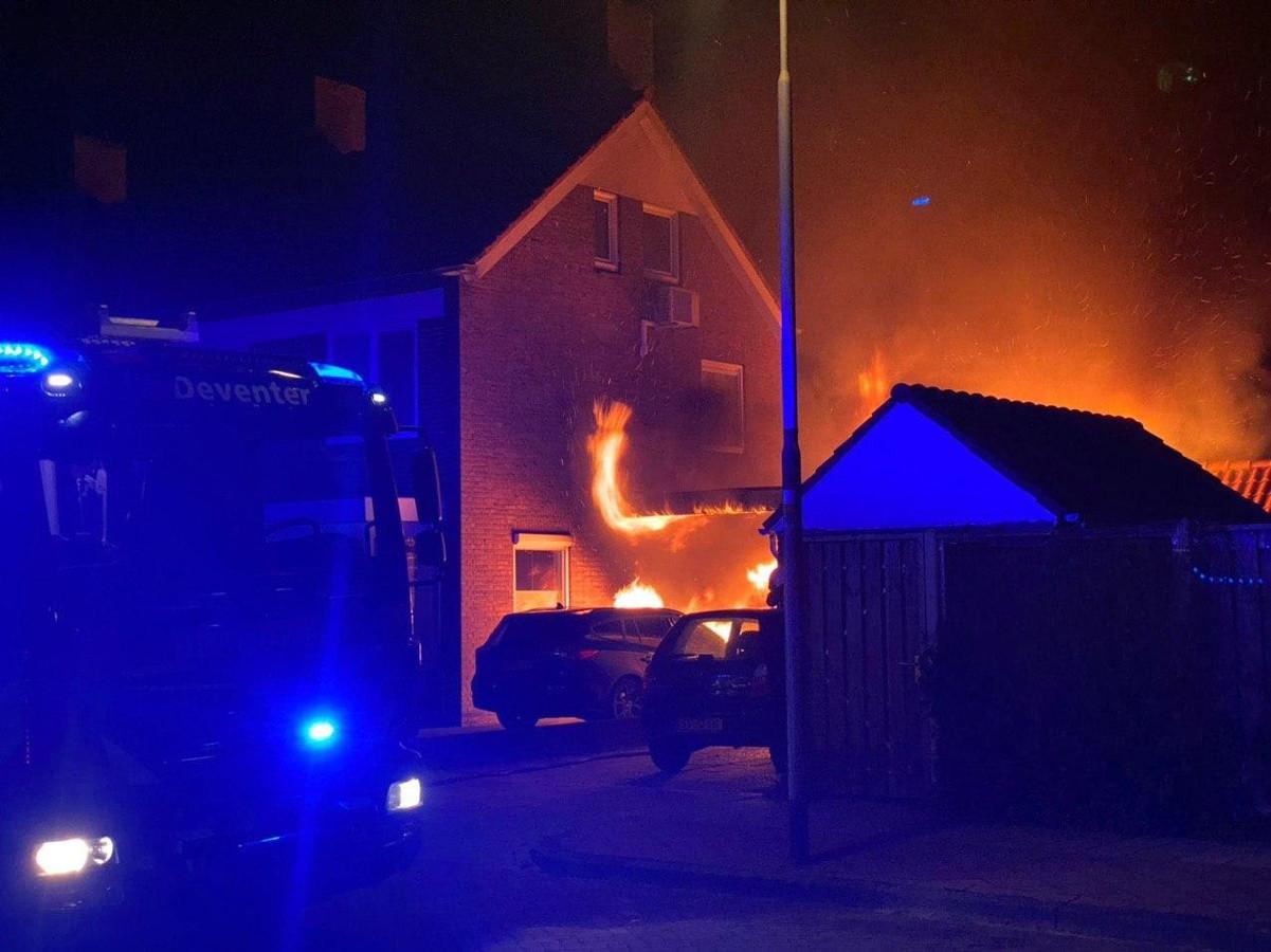 Een van de auto's brandde volledig uit, de andere alleen aan de voorkant.