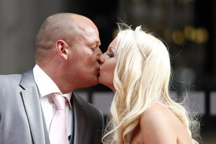 Samantha de Jong, beter bekend als Barbie uit Oh Oh Cherso, en haar voormalig echtgenoot Michael van der Plas zoenen elkaar na hun huwelijksceremonie in het Haagse stadhuis op de Groenmarkt in Den Haag.