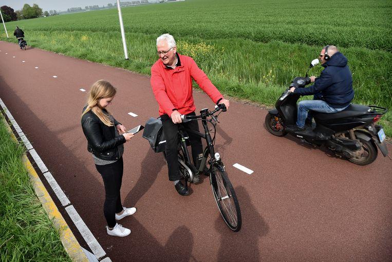 In Elst wordt een e-biker op een snelfietspad in opdracht van de provincie Gelderland geënquêteerd. Beeld null