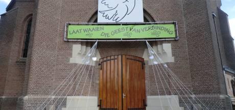Binnenkort weer naar de kerk met coronamaatregelen: hosties worden uitgedeeld met pincetten