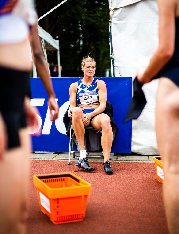 Dafne Schippers na afloop van haar 200 meter. Ze zal opgeven vanwege pijn aan de rug. Beeld Jiri Büller