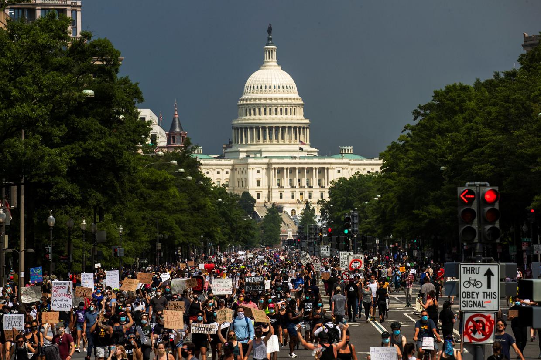 Demonstranten lopen vanaf het Capitool richting het Witte Huis tijdens een protest tegen de dood van George Floyd in Washington D.C. Beeld Reuters