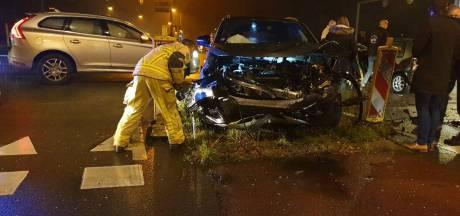 Veel schade na ongeluk met twee auto's op afrit van A1 bij Hengelo
