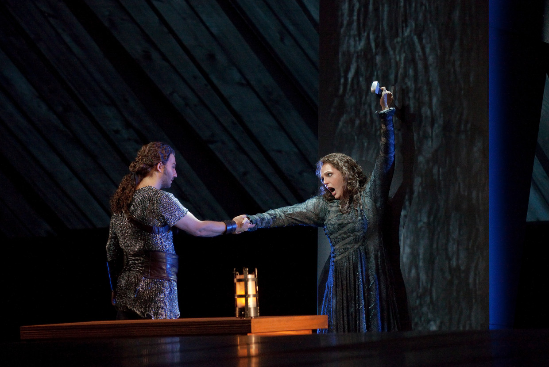 Eva-Maria Westbroek als Sieglinde in New York in 2011 met Jonas Kaufmann als Siegmund.