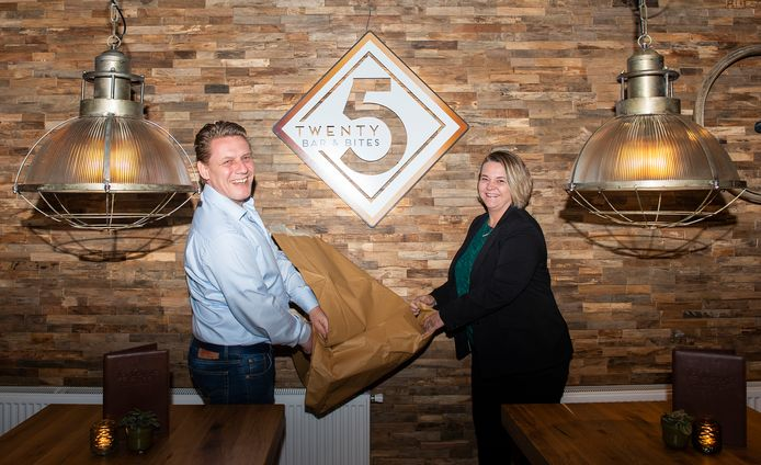 Dick (links) en Annuska Berghorst hebben café van de Emsterie in Emst omgetoverd tot het meer trendy Bar Twenty5.