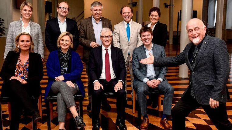 Jan Peumans stal even de show tijdens de fotosessie van de vernieuwde Vlaamse regering.