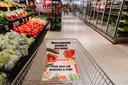 Meest gekochte groente in deze winkel in een speciale boodschappenkar.