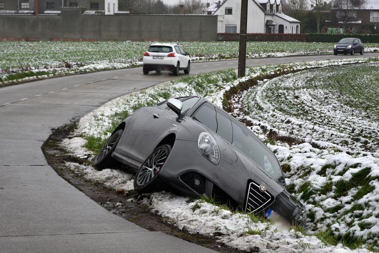Het voertuig belandde in de gracht.