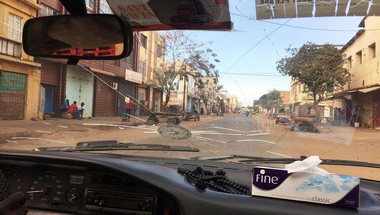 Verlaten straten van de Gambiaanse hoofdstad Banjul. Beeld null