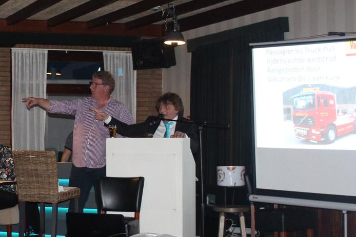 Harry van Boekel (links) en veilingmeester Ton van Hooft tijdens kavel 'passagier Truck Pull-wedstrijd'.