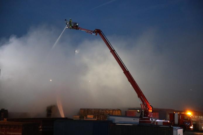 Brandweer blust brand in Waalwijk