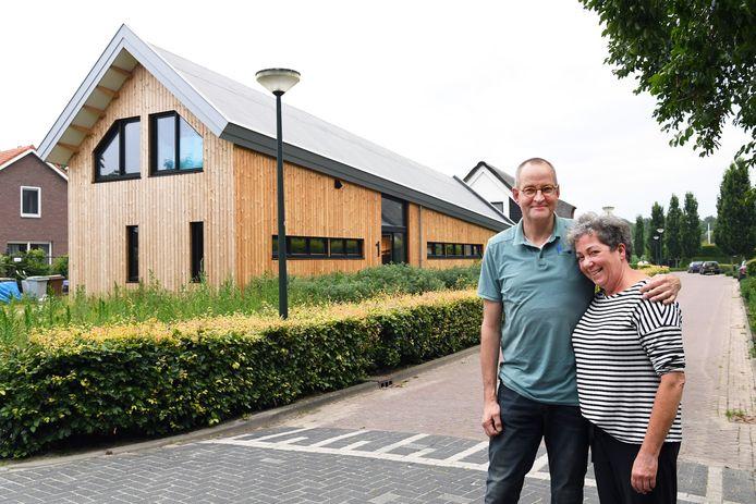 Ineke en Karel Mulder op de hoek van de Biestsestraat en de Bosscheweg. De nok van hun houten huis loopt twee meter af.