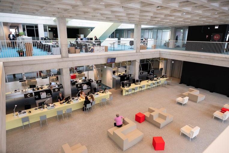 Een kijkje in het nieuwe gemeentehuis vanbinnen: licht, ruim én gemaakt met duuzaam materiaal.