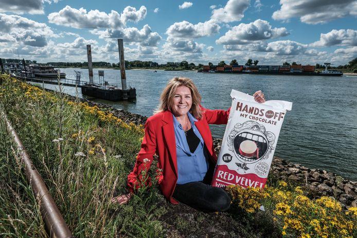Kitty Smeeten bij de Rijn in Lobith, haar geboorteplaats. Foto : Jan Ruland van den Brink