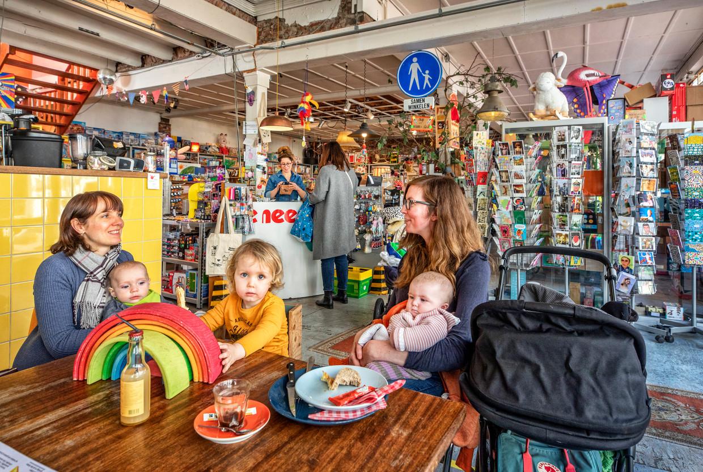 Bij speelgoedwinkel Meneer Paprika gebeurt het vaak dat klanten producten komen bekijken, om ze vervolgens in een webshop te kopen, zegt winkelier Gonneke van der Vijver.  Beeld Raymond Rutting