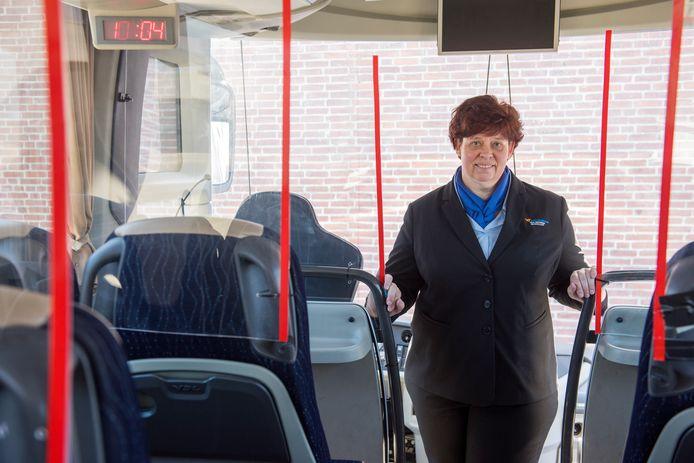 Chauffeur Marieke van touringcarbedrijf Van Gompel: passagiers voelen zich een stuk veiliger dankzij plexiglas schermen.