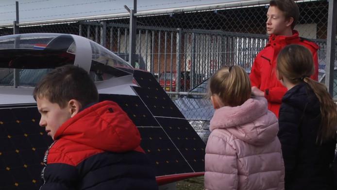 Leerlingen van basisschool uit Neede op excursie bij het Solar Team Twente.