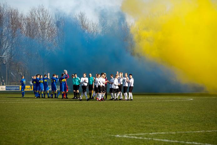 Blauwe en gele rook tijdens de vorige editie van de derby Lochem - Witkampers (0-2).