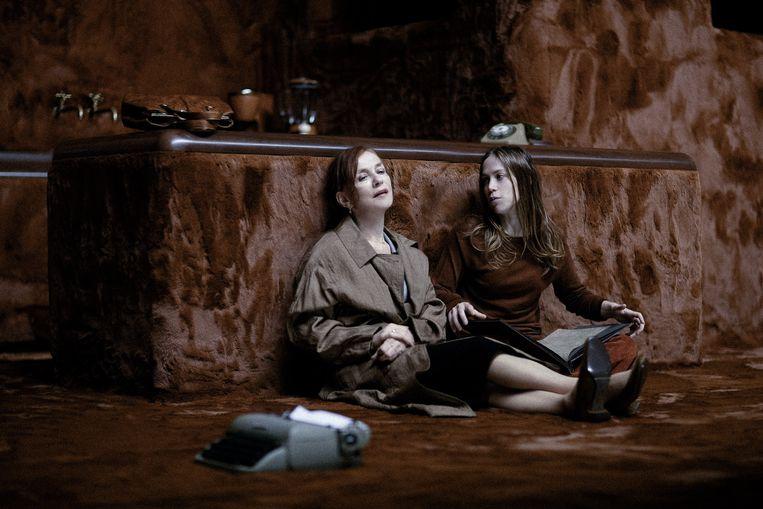 Isabelle Huppert (links) als de moeder en Justine Bachelet als Laura. Beeld Jan Versweyveld