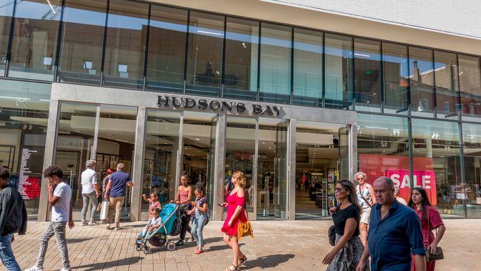 De vestiging van Hudson's Bay in Tilburg. De winkelketen moet de deuren sluiten. Achteraf vinden veel mensen dat niet meer dan logisch, constateert Chantal van der Leest