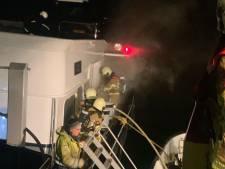 Brand op binnenvaartschip nabij Willemstad, vuur bestreden met blusboot