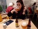 Cynthia Schulz drinkt bij Matbar in Zwolle Hoppy Blonde.