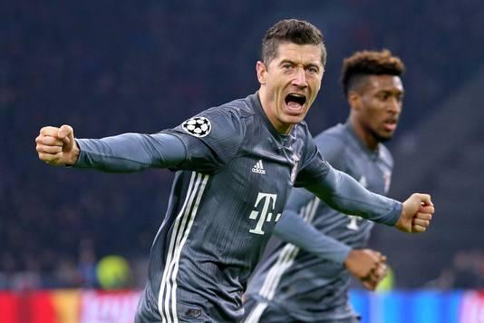 Robert Lewandowski viert de 2-2 voor Bayern.