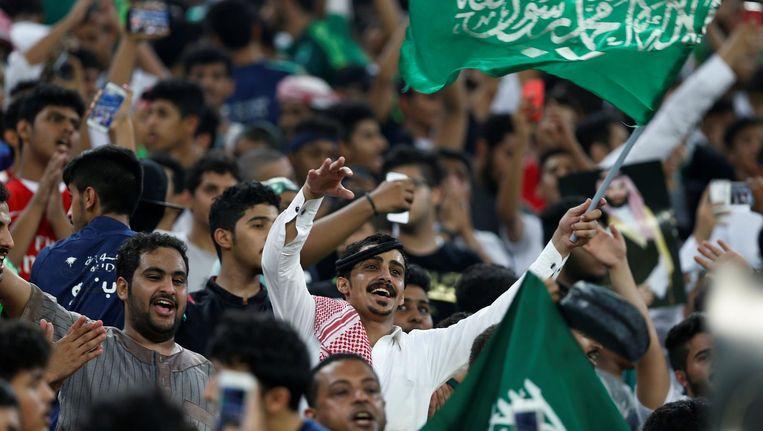 Saoedische mannen in een voetbalstadion. Beeld null