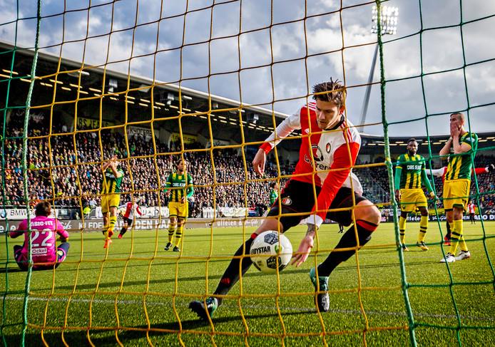 Michiel Kramer haalt de bal uit het net nadat Karim El Ahmadi de 2-2 heeft gemaakt bij ADO - Feyenoord.