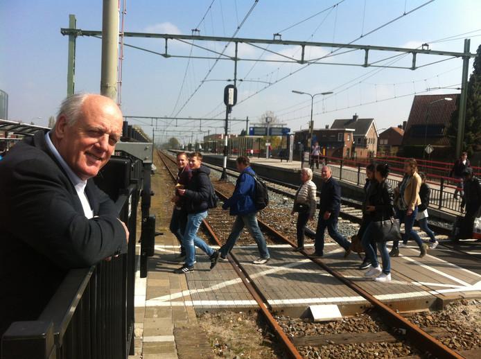Wethouder Willem Starreveld op het station in Rijen. De plannen voor de  spoorzone zijn totaal veranderd, mogelijk komt er een tunnel onder de spoorwegovergang.  foto BN DeStem
