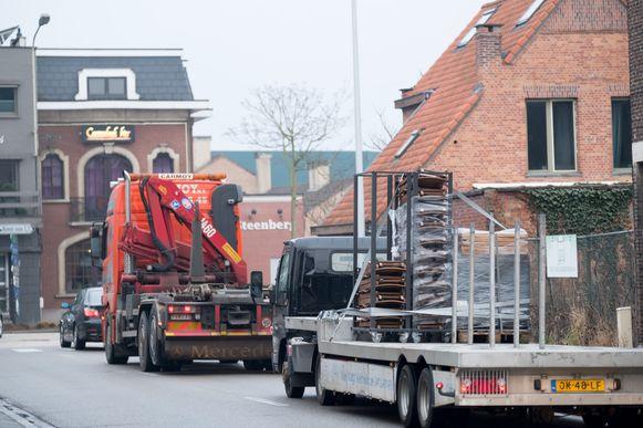 Dagelijks rijdt er zwaar verkeer door de Rumstse dorpscentra.