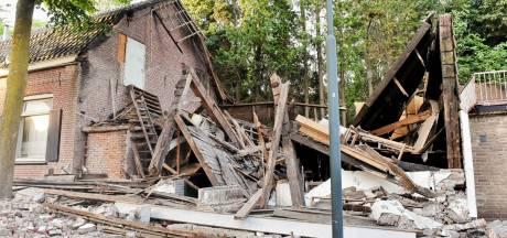 Ravage na plots ingestorte schuur achter verpauperde kartonnagefabriek in Oisterwijk