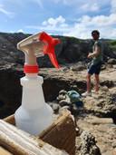 Zelfs bij toeristische plekken in de natuur van Curaçao staat desinfectiemiddel klaar voor de vakantiegangers.