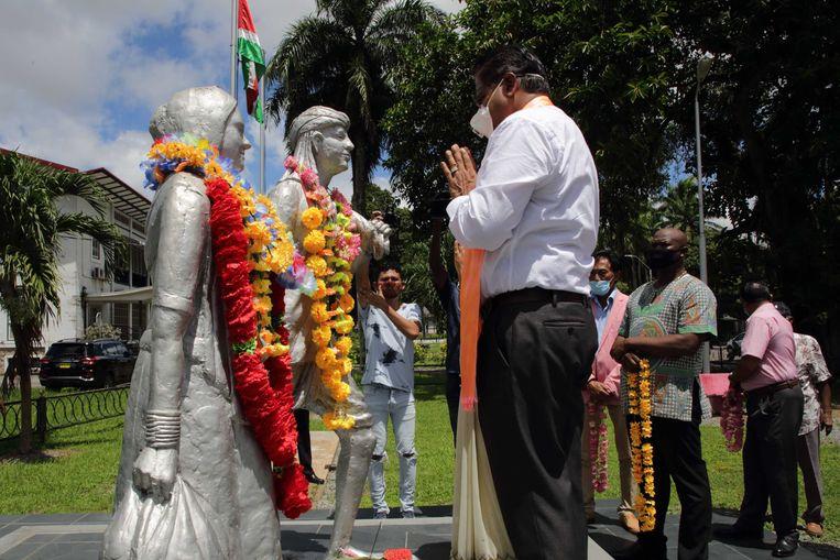 Chan Santokhi (VHP) legt een krans bij het Monument van Baba en Mai. Beeld Ranu Abhelakh / ANP