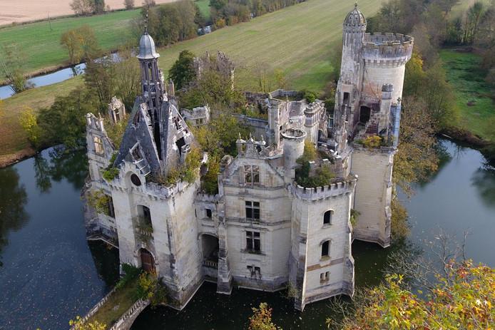 De overwoekerde ruïne van kasteel  La Mothe-Chandeniers in Les Trois-Moutiers in Frankrijk  wordt gered van de ondergang met behulp van een crowdfundingsactie. Foto: Guillaume Souvant