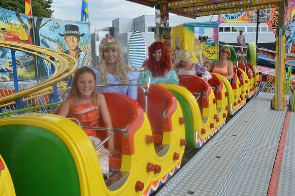 Doornroosje, Ariel en Rapunzel gaan met enkele kinderen op het Dragon-treintje.