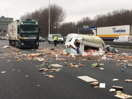 Caravanravage op A16: voorraad nieuwe winkel belandt op asfalt