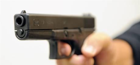 Rennende politieagenten houden in Zwolle vluchtende man aan voor bezit van vuurwapen