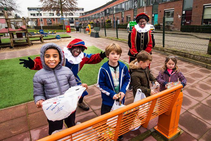 De kinderen werden bij de Zuiderspeeltuin verrast met bezoek van Pieten en cadeaus.