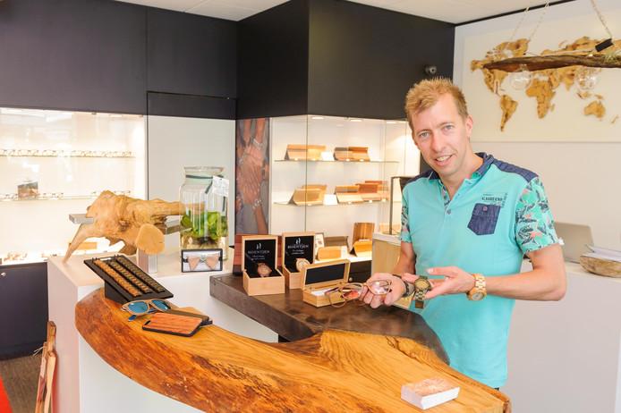 Sander Hoentjen in zijn nieuwe winkel in de Hengelose binnenstad.