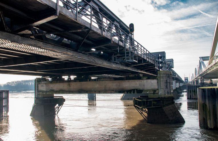 De Vlaamse Waterweg zal herstellingswerken uitvoeren aan de stalen brugdekplaat.