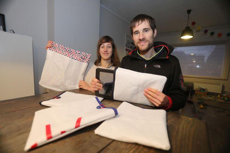 Lise Plasschaert en haar partner Nick Vanhaecke maken tablethoezen en draagtassen van oude zeilen.