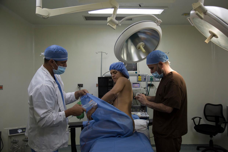 Een cliënt van plastisch chirurg Miguelangel Useche in Caracas kort voordat haar borst- en buikoperatie begint.