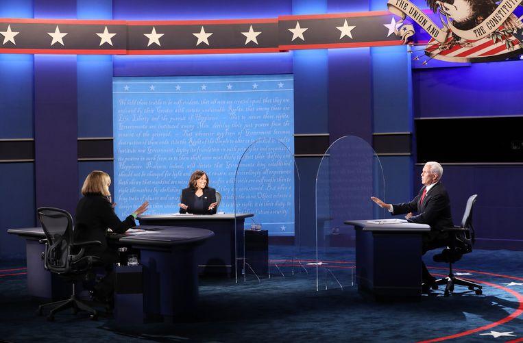 De Democratische vicepresidentskandidaat Kamala Harris (midden), debatleider Susan Page (links) en de Republikeinse vp Mike Pence (rechts) tijdens het debat. Beeld EPA