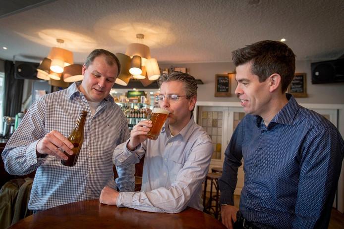 Fred Smits, Michiel van Alst en Gabri van Aalten (van links naar rechts) met Hosenhym bier.