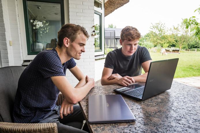 Max van Marle en Stijn Dierink uit Almelo, allebei achttien jaar, begonnen op 15-jarige leeftijd met hun bedrijf STAX Social Media. Hun Instagram-accounts waren zo succesvol, dat ze bij de rechtbank in Almelo een zogenoemde handlichting moesten vragen: toestemming voor minderjarigen om een eigen bedrijf te beginnen.