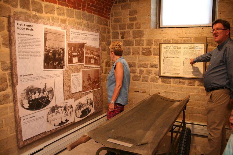 Bezoekers lezen infopanelen over WOI.